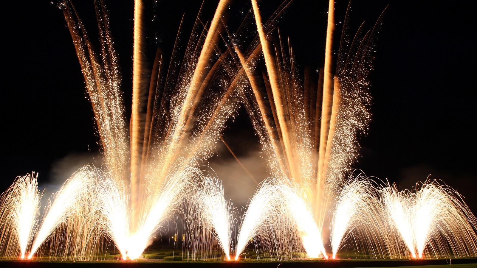 Feuerbändiger Feuerwerk Feuerwerke Big Picture Silvesterfeuerwerk Top Position white gold 1